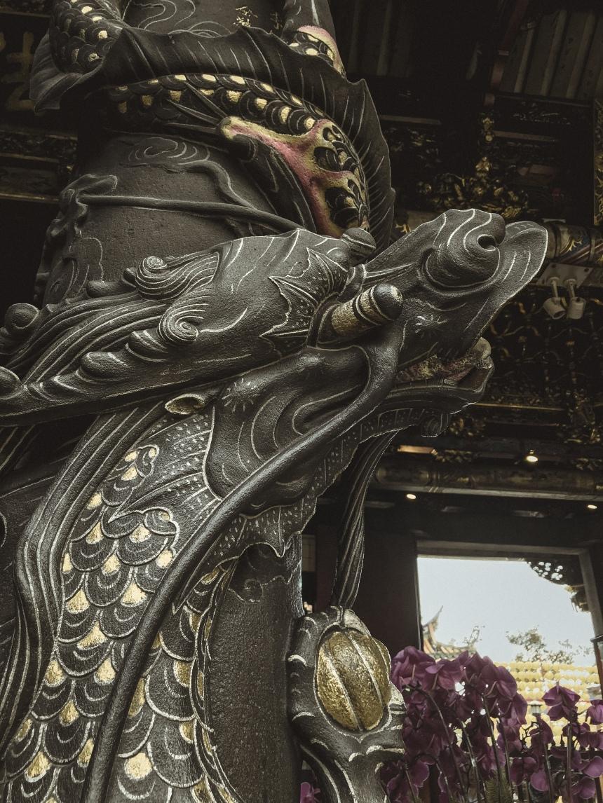 Lungshan temple 龍山寺 taipei taiwan travel famous temple dragon pillar