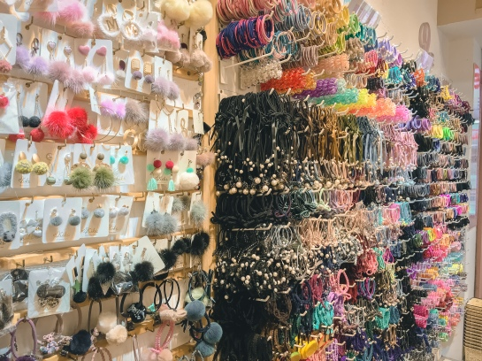 Kiki accessories store in Shilin Night market has lot of selection with affordable price recommended!!