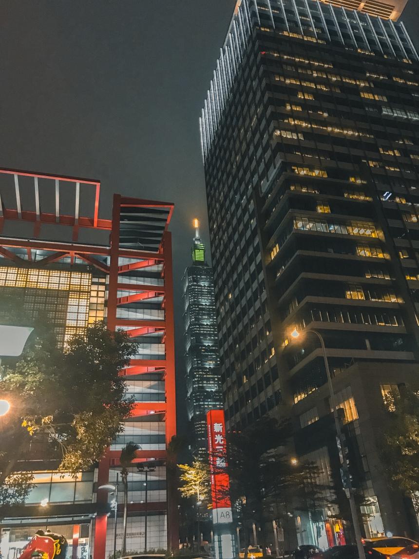 Shopping malls in Xinyi neighborhood 信義區商城 Taipei 101