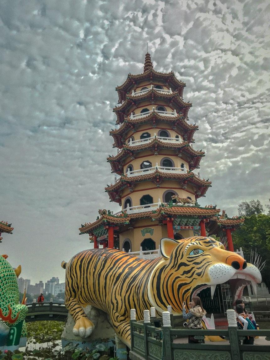 Dragon and Tiger Pagodas at Lotus Pond 龍虎塔,蓮池潭 local go